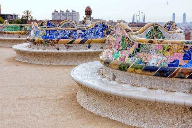 Деталь красочной мозаичной работы на главной террасе парка гуэля. барселона испании Premium Фотографии