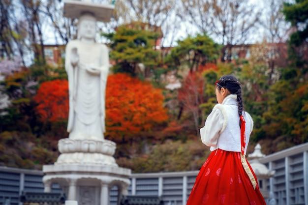 奉恩寺の韓服の韓国人女性 Premium写真