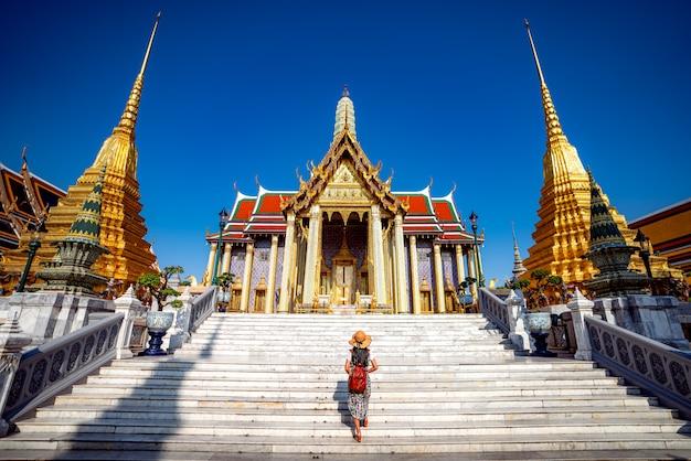 Азиатская леди гуляет и путешествует в ват пхра кео Premium Фотографии
