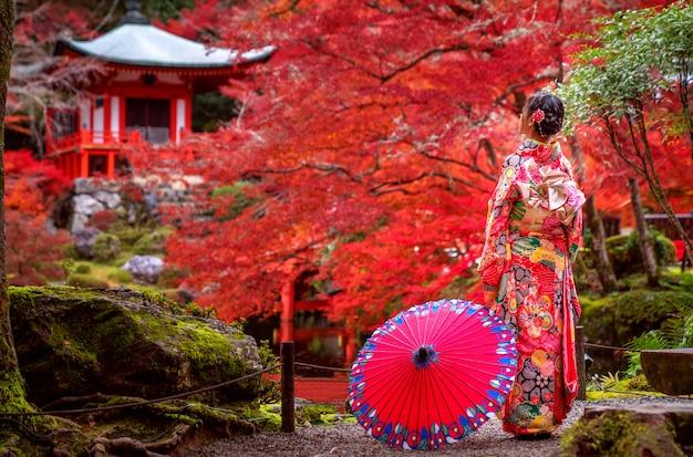着物の伝統的なドレスの日本人の女の子 Premium写真