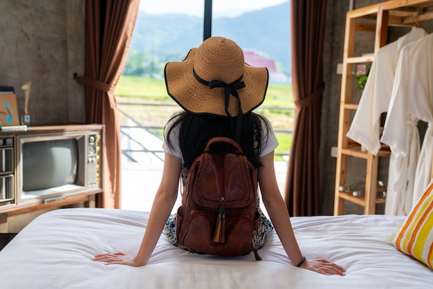 Тайская девушка отдохнуть в спальне на фоне страны Premium Фотографии