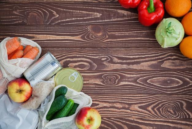 Овощи и фрукты на деревянный стол Premium Фотографии