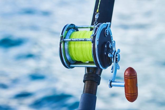 Троллинг рыбацкой лодке и золотой морской катушке глубокого синего океана морского следа. доминиканская республика пунта кана рыбацкая лодка. Premium Фотографии