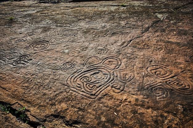 古代文明の岩絵。タイノインディアンによって中央アメリカの原住民によって作られました。古代の文字、記号、記号が含まれています。 Premium写真