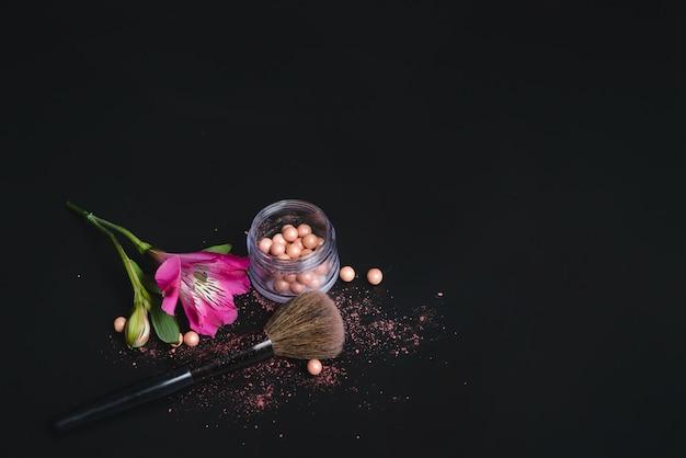 黒の背景に真珠の赤面、花、化粧ブラシ Premium写真