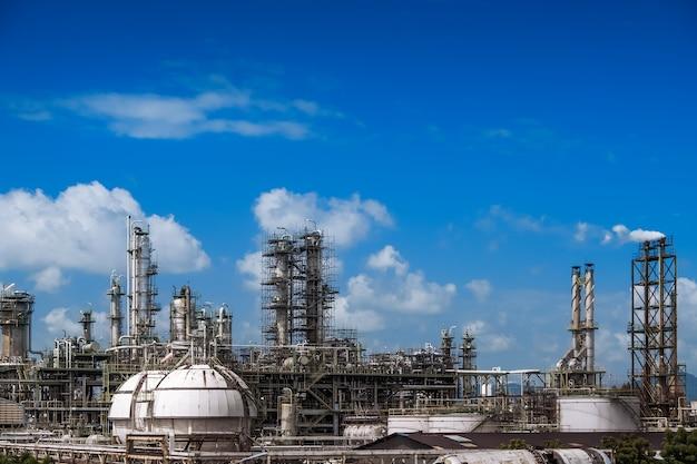 ガス蒸留塔と青い空を背景に石油産業プラントの煙突、化石石油プラントの下流 Premium写真