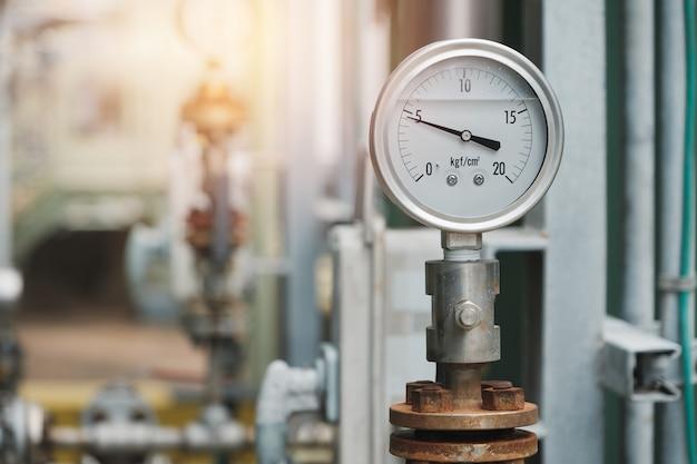 産業プラントの排出ポンプの圧力計、工場のオイルとガスの圧力計 Premium写真