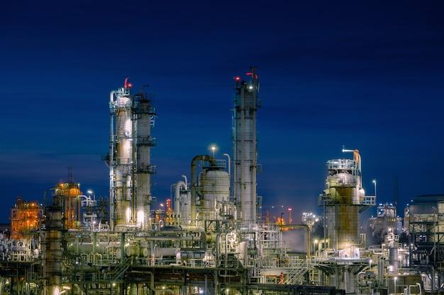 夕暮れの空を背景にした石油化学プラントのガス貯蔵球タンク、工業プラントのキラキラ照明、塩化ビニルモノマープラントの製造 Premium写真