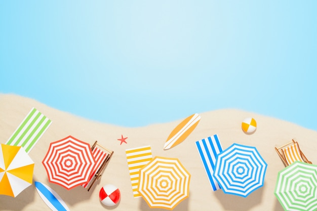 Вид с воздуха на морском курорте. аксессуары для летнего отдыха на песке Premium Фотографии