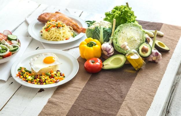 Органическая здоровая пища на обеденном столе Бесплатные Фотографии