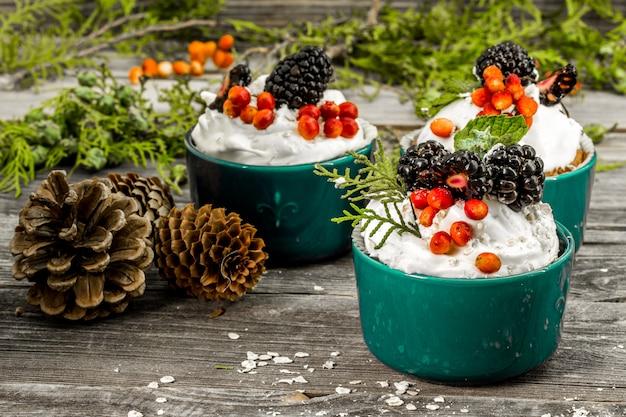 Красивый рождественский кекс с кремом Бесплатные Фотографии