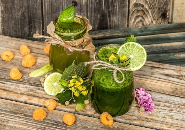 Зеленый коктейль в баночке с лаймом, киви и ягодой Бесплатные Фотографии