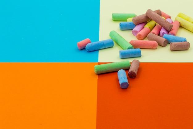 Цветные карандаши на фоне разной бумаги Premium Фотографии