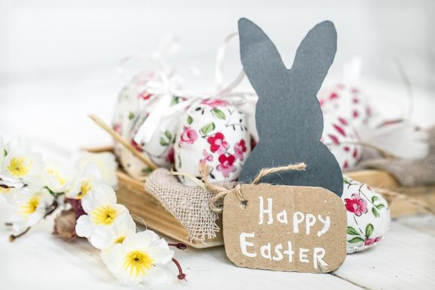 イースターの卵とウサギのある静物 Premium写真