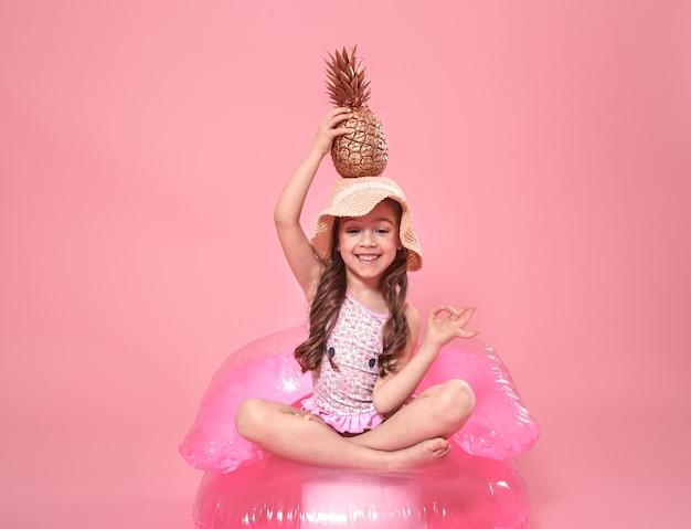 Веселая летняя девушка с ананасом на цветных Бесплатные Фотографии