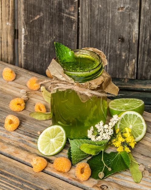 ライム、キウイ、ベリーの瓶に緑のスムージー Premium写真