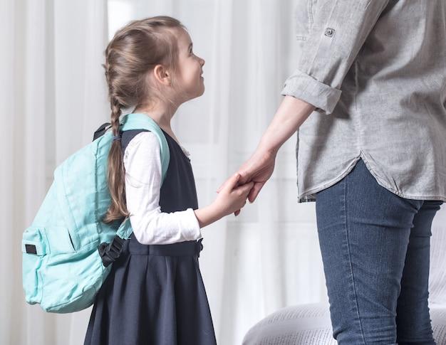 親と小学生が手を取り合って 無料写真