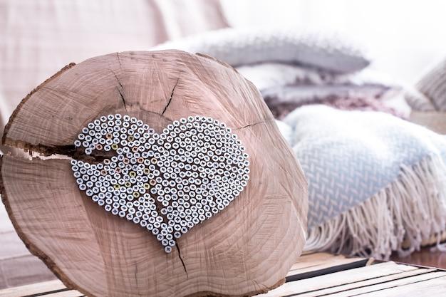 Сердце на деревянном фоне в интерьере комнаты Бесплатные Фотографии