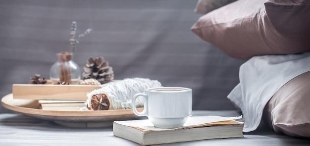 Кофейная чашка на книге и декоративные элементы на деревянном подносе Premium Фотографии