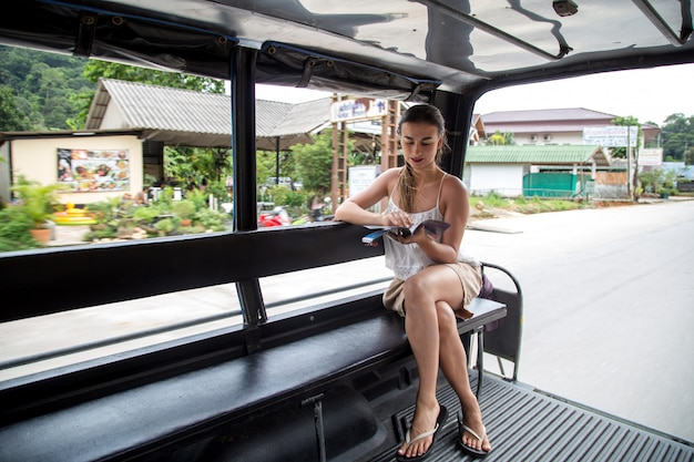 タイのトゥクトゥクタクシーの女の子観光 Premium写真
