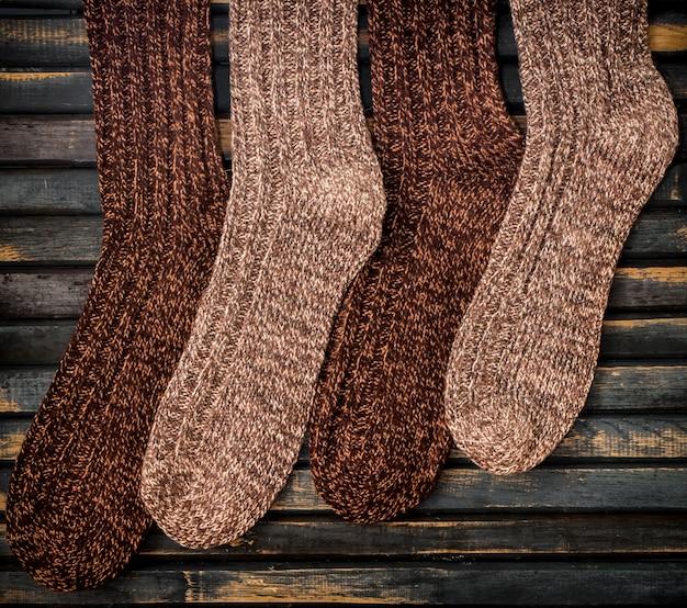 Теплые вязаные носки на деревянный стол Premium Фотографии
