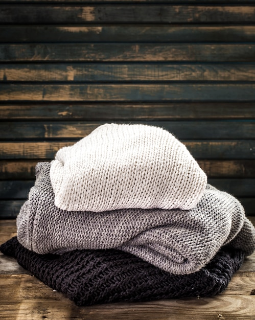 Уютный и мягкий свитер с красивым орнаментом Premium Фотографии