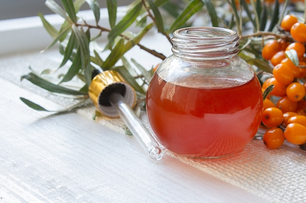 海クロウメモドキと健康な海クロウメモドキ油 Premium写真