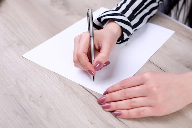 Бизнесмен пишет записку в пустой тетради Premium Фотографии