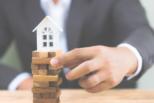 不動産住宅市場における投資リスクと不確実性。プロパティ投資。 Premium写真