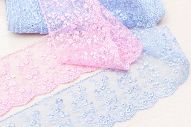 Текстура кружевных лент. синий и розовый цвета. ателье, магазин тканей Premium Фотографии