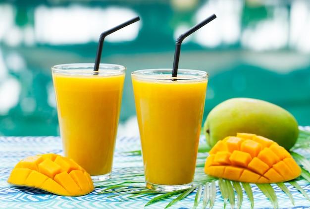 新鮮なトロピカルフルーツのスムージーマンゴージュースとフレッシュマンゴー Premium写真