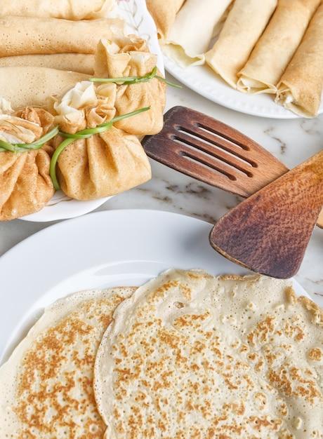 パンケーキをチーズとジャムで揚げて調理する。朝食に。 Premium写真