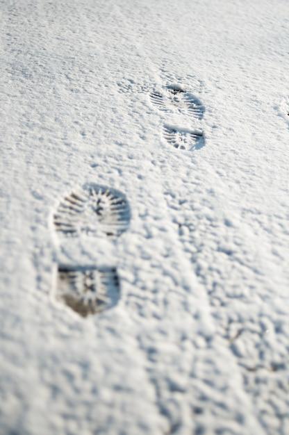 雪の中の人間の足跡 Premium写真
