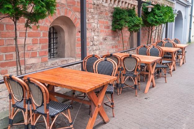 Уличное кафе возле старых зданий в вильнюсе Premium Фотографии