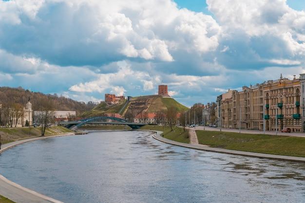 リトアニア、ビリニュスのゲディミナスの塔 Premium写真
