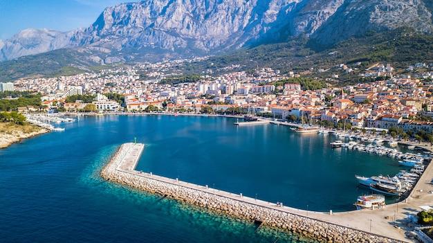 ヨーロッパ。マカルスカ。クロアチア。高さからの海岸、湾、歴史的中心部の眺め Premium写真