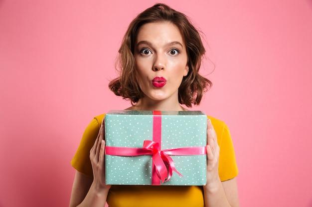 現在保持している明るい化粧品で驚いてブルネットの女性 無料写真