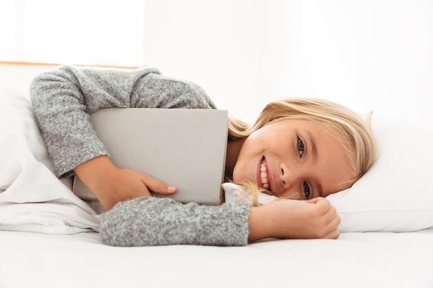 笑顔の少女の肖像画 無料写真