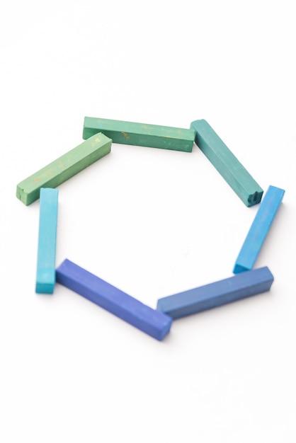 幾何学的構成でカラフルなチョークのクローズアップ 無料写真