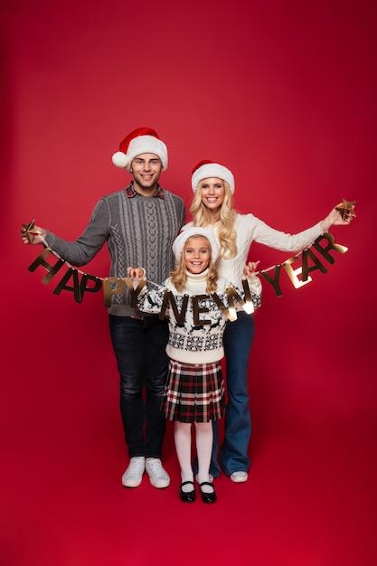 Полная длина портрет счастливой веселой молодой семьи Бесплатные Фотографии