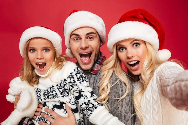 Крупным планом портрет веселой семьи с ребенком Бесплатные Фотографии