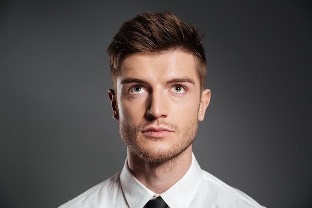 シャツ探している深刻な魅力的な男性の肖像画 無料写真