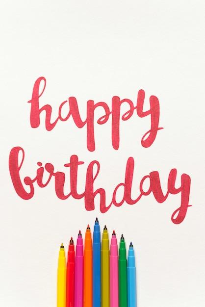 カラフルな引用「お誕生日おめでとう」白い紙に手書き 無料写真