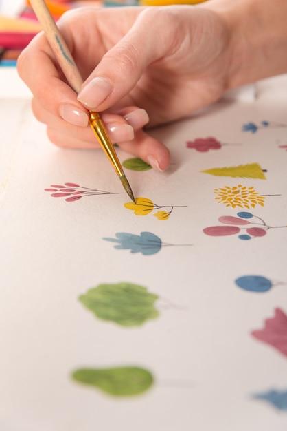ブラシと水彩絵の具で紙に描かれた色とりどりの花の自然デザインのクローズアップ 無料写真