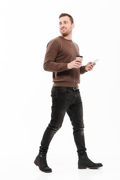 Счастливый молодой человек, ходьба изолированные Бесплатные Фотографии