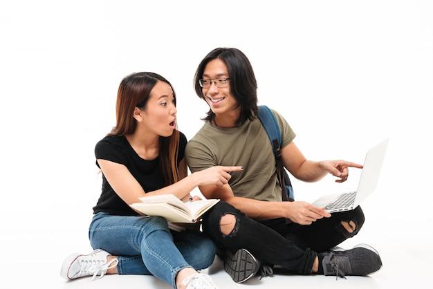 Портрет молодой возбужденной азиатской пары студентов Бесплатные Фотографии