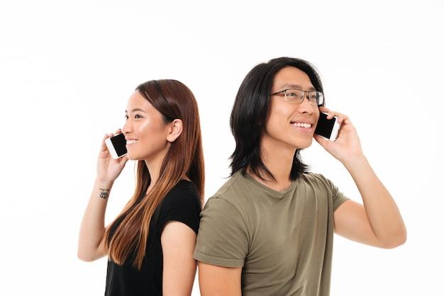 Портрет веселой молодой азиатской пары Бесплатные Фотографии