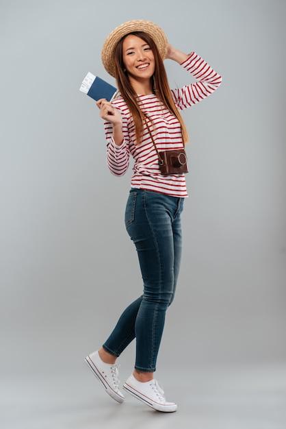 セーターで笑顔のアジア女性の完全な長さの画像 無料写真