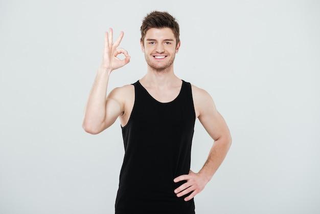 大丈夫のジェスチャーを示す陽気な若いスポーツマン。 無料写真