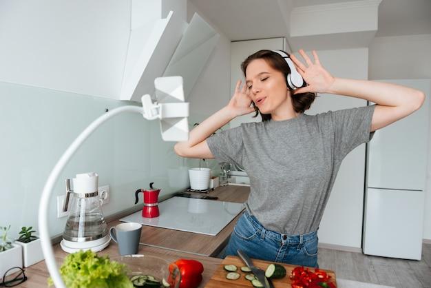 音楽を聴いて陽気な若い女性の肖像画 無料写真